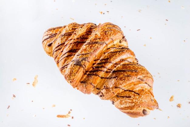 Croissant recién horneado en blanco