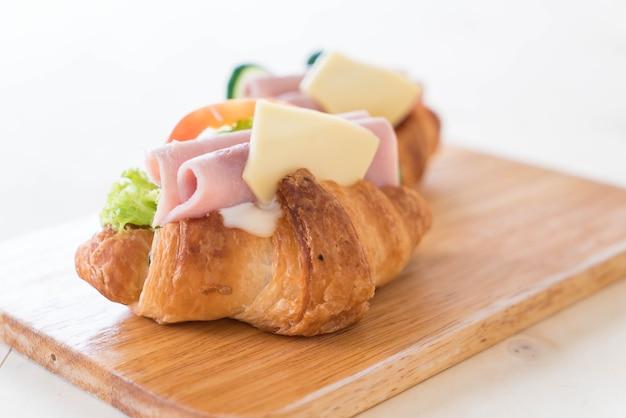 Croissant sandwich jamón queso