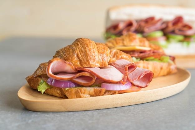 Croissant sandwich jamón