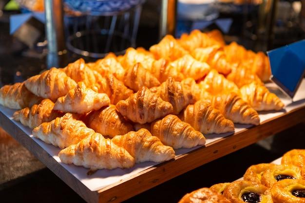 Croissant sobre tabla de madera en un restaurante