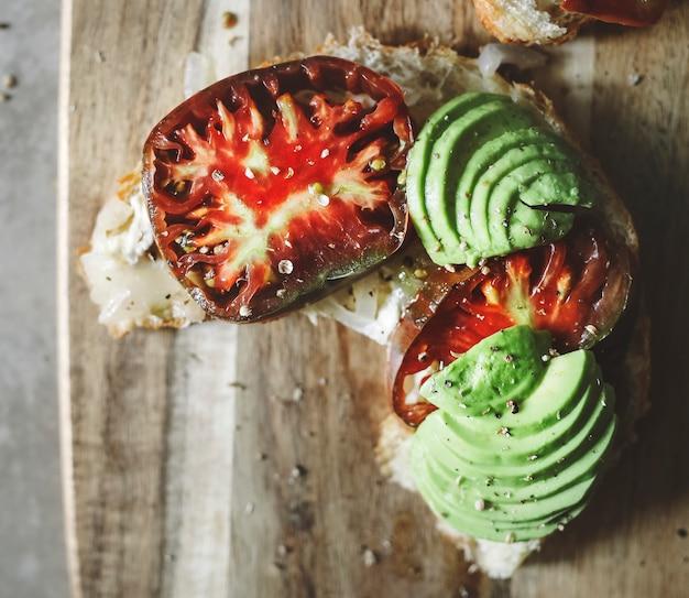 Croissant con tomate reliquia y aguacate para el desayuno.