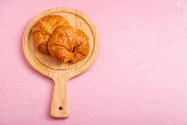Croissants 2 piezas en la tabla de madera
