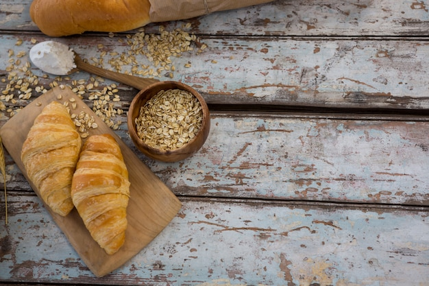 Croissants, avena y cuchara con harina