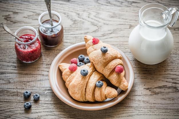 Croissants con bayas frescas y mermelada
