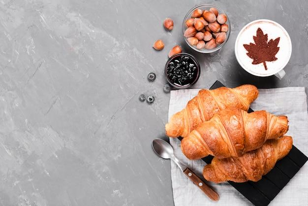 Croissants y café con copia espacio.
