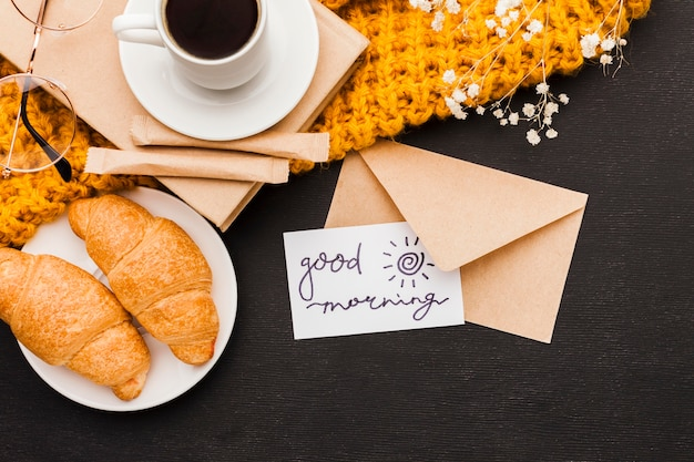 Croissants y café con tarjeta de felicitación.