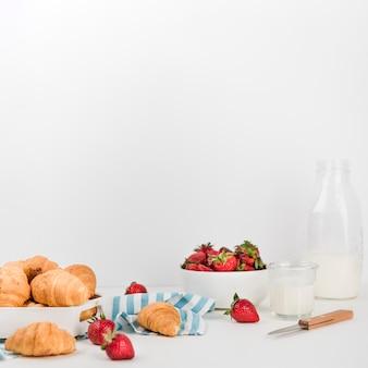 Croissants caseros con fresas en la mesa