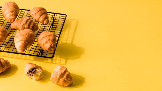 Croissants caseros de primer plano con espacio de copia