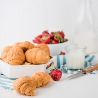 Croissants caseros de primer plano sobre la mesa