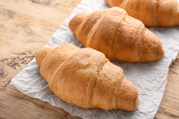 Croissants deliciosos frescos en la mesa de madera