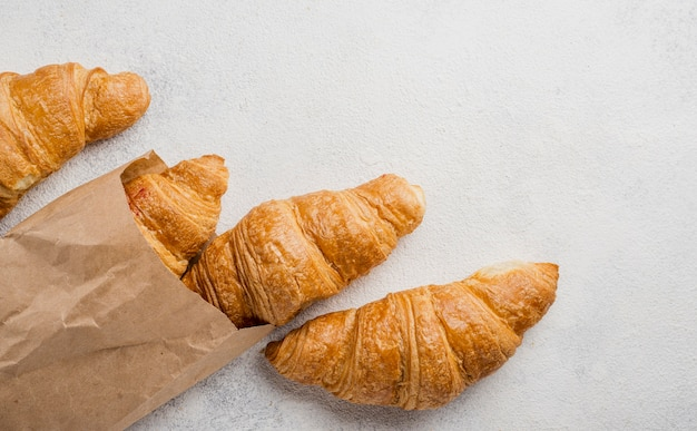 Croissants de desayuno en bolsa de papel