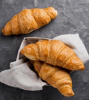 Croissants franceses en caja de cartón y tela.