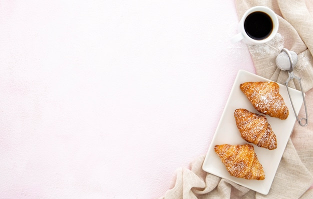 Croissants franceses y espacio de copia de café