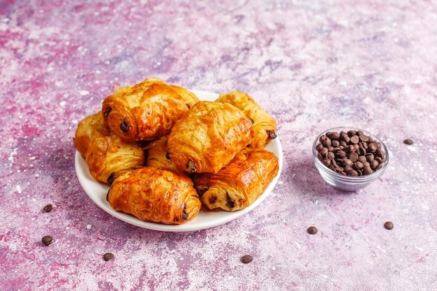Croissants franceses pain au chocolate.