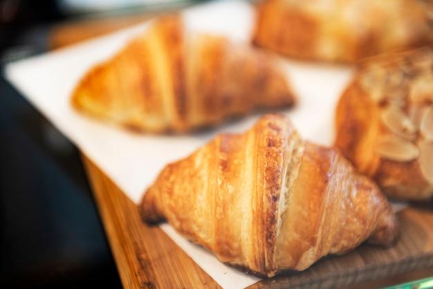 Croissants de mantequilla recién horneados en exhibición en un café