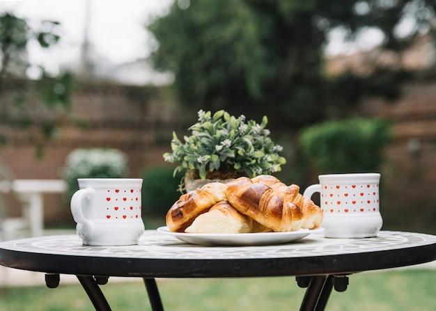 Croissants en mesa en jardín