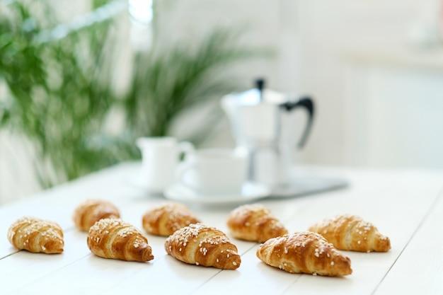Croissants en una mesa