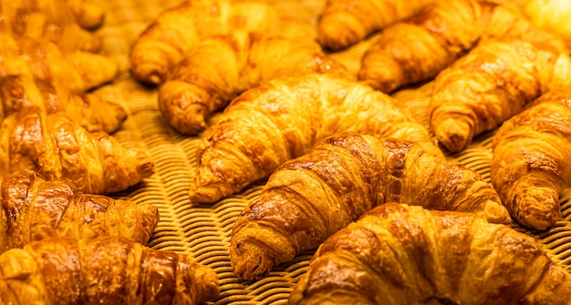 Croissants en una panadería. cruasanes recién horneados sobre fondo de textura