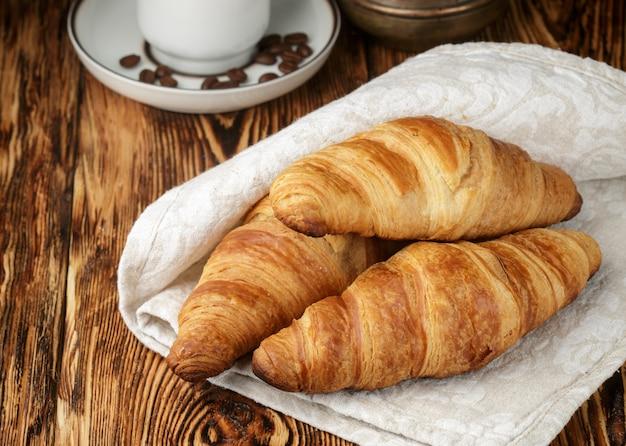 Croissants recién hechos para el desayuno