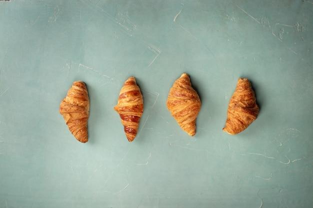 Croissants recién hechos, planos