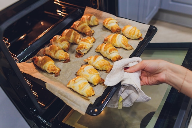 Croissants recién horneados en el horno.