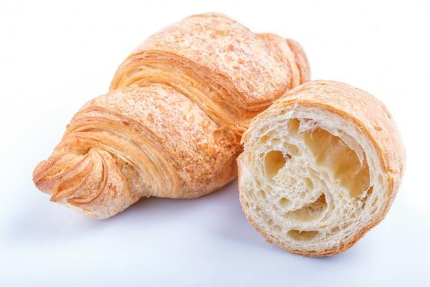 Croissants en rodajas y todo aislado sobre fondo blanco.