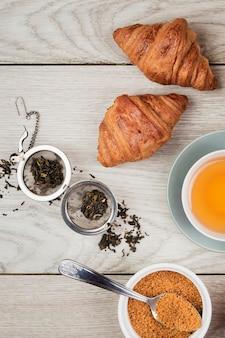 Croissants sabrosos y primer plano de té