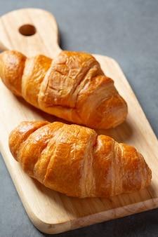 Croissants sobre fondo negro.