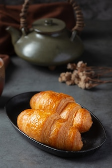 Croissants sobre superficie negra.