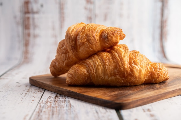 Croissants en una tabla para cortar madera.