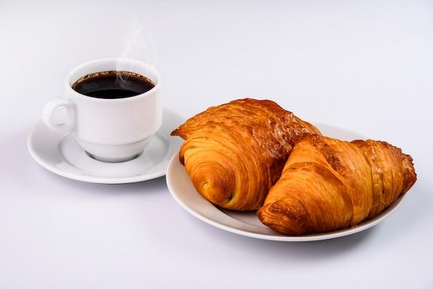 Croissants con una taza de café.