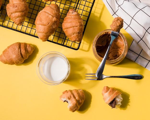 Croissants de vista superior con mantequilla de maní