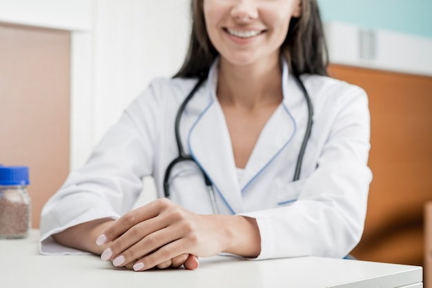 Crop alegre mujer médico