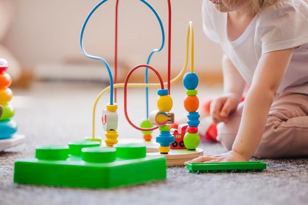 Crop niño con juguete