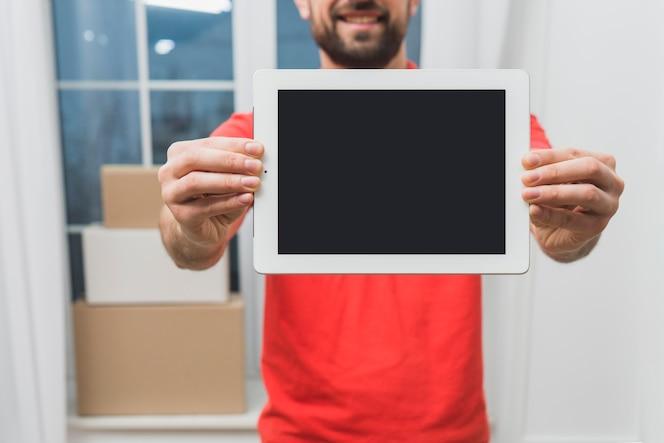 Cropier mensajero que muestra la tableta