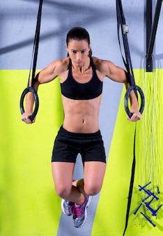Crossfit dip anillo de entrenamiento de la mujer en el gimnasio de inmersión