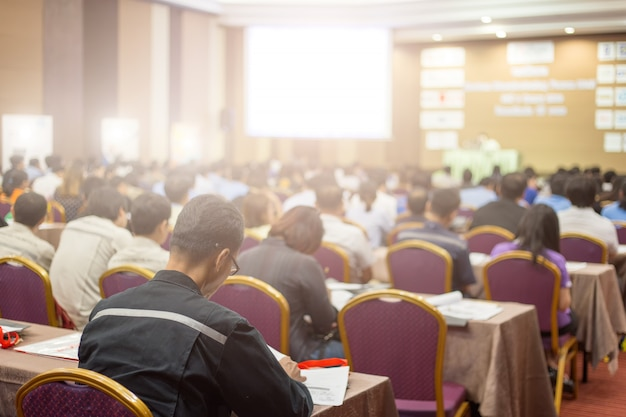 Crown escucha al orador dando charlas en reunión de negocios