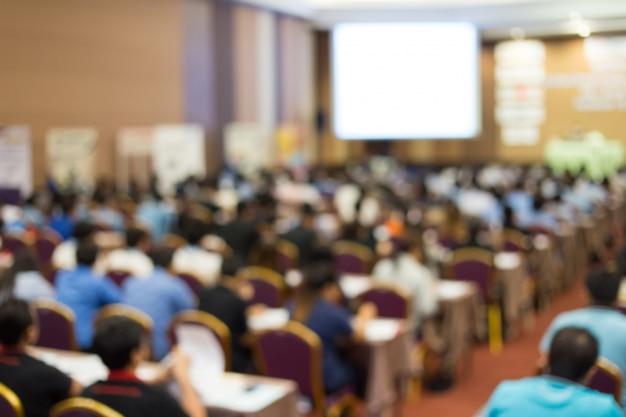 Crown está escuchando al orador dando charlas en una reunión de negocios. audiencia en la sala de conferencias. empresa y emprendimiento. copia espacio en pizarra.