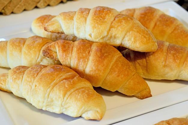 Cruasanes recién hechos en un plato en el desayuno
