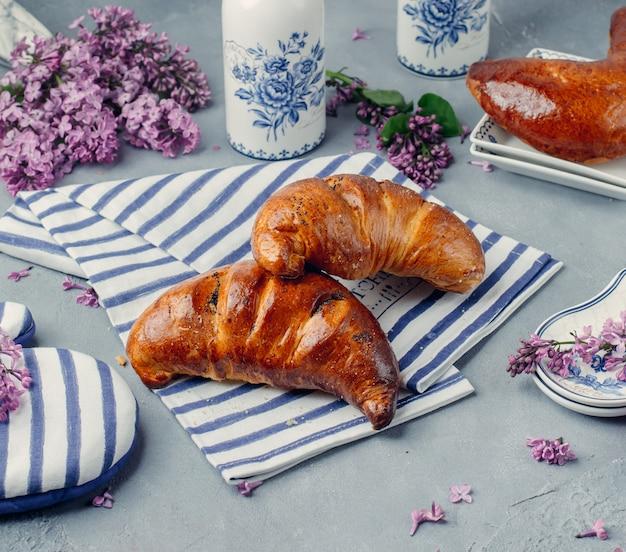 Cruasanes recién hechos sobre la mesa