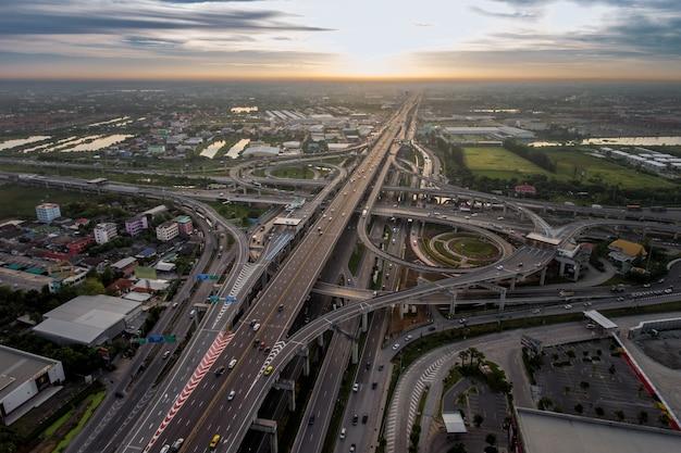 Cruce de la autopista ocupado desde la vista aérea