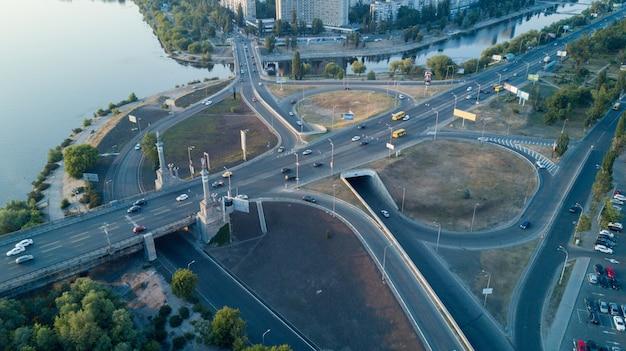 Cruce de carreteras en una gran ciudad