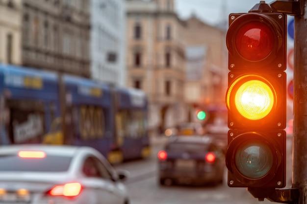 Un cruce de la ciudad con un semáforo. luz naranja en semáforo