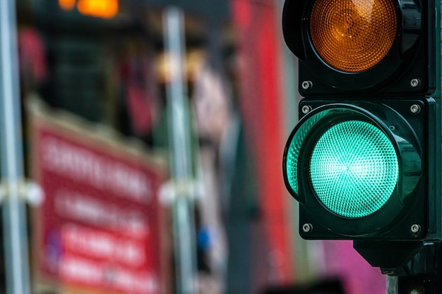 Un cruce de la ciudad con un semáforo. luz verde en semáforo