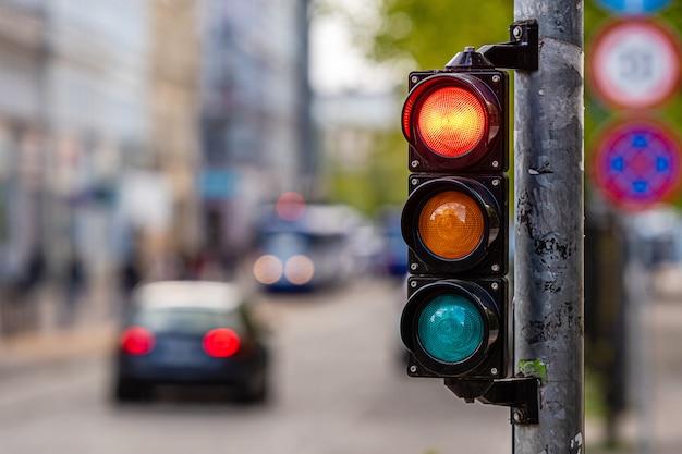 Cruce de la ciudad con semáforo