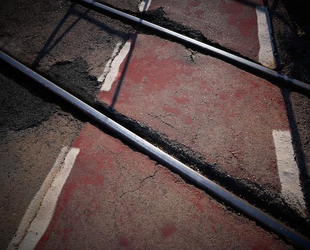 Cruce de ferrocarril pista de bicicleta roja