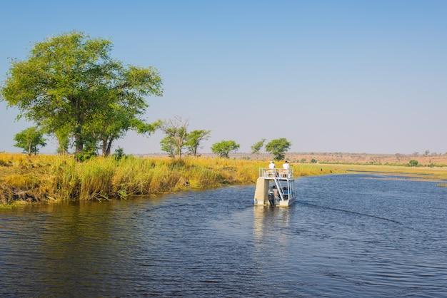 Crucero en barco y safari de vida silvestre en el río chobe, en la frontera de namibia botswana, áfrica. el parque nacional chobe, la famosa reserva wildlilfe y un destino turístico exclusivo.
