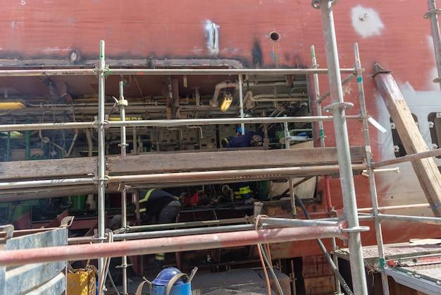 Crucero en dique seco en el patio de reparación de buques