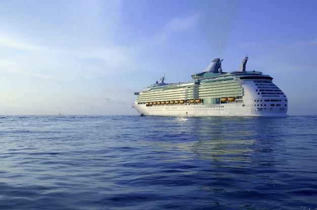 Crucero en la isla de ibiza, amanecer mediterráneo.