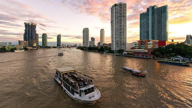 Crucero por el río en el río chao phraya de la ciudad de bangkok